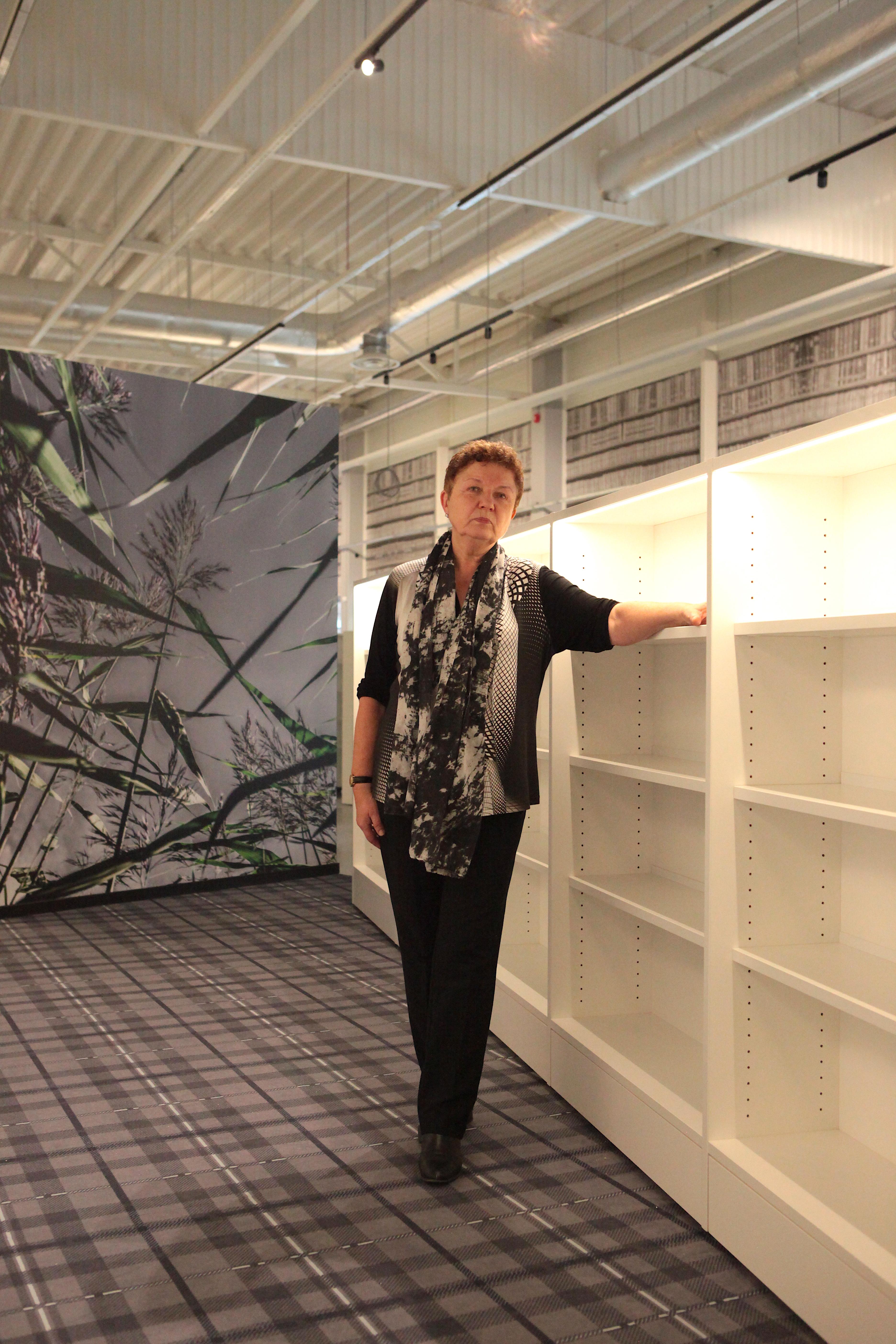 Raamatukogu direktor Tiiu Valm peaaegu et elabki uues raamatukogus, sest iga päev saabub mööblit, valgustust, lahendamist vajavad ka ootamatused